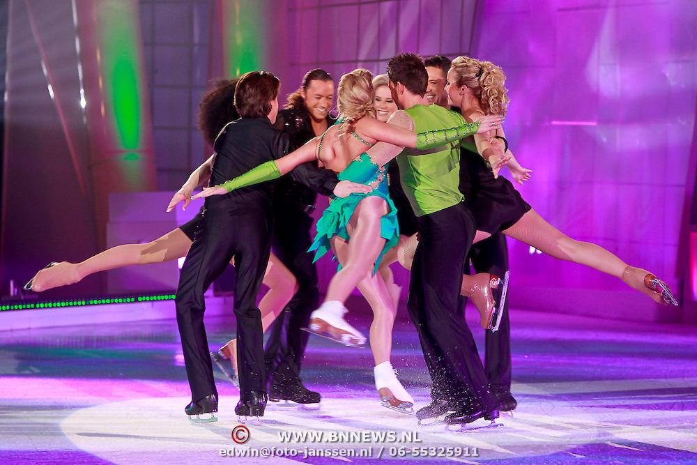NLD/Hilversum/20110326 - 9de Liveshow Sterren Dansen op het IJs, Monique Smit en Joel Geleynse met de dansers van Holiday on Ice