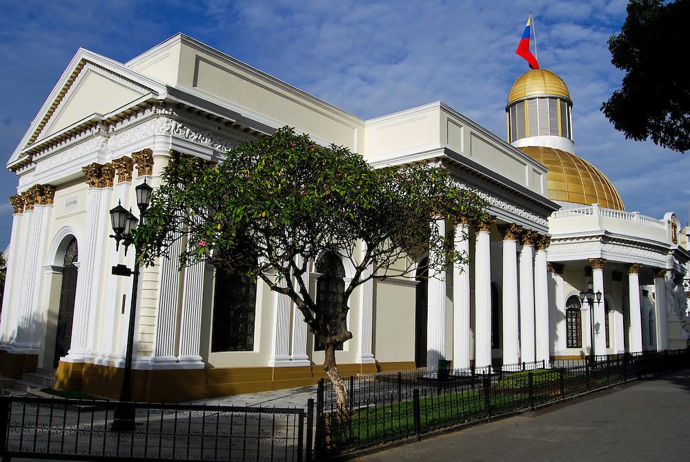 EL CAPITOLIO<br /> Caracas - Venezuela 2008<br /> Photography by Aaron Sosa<br /> <br /> El Capitolio o Palacio Federal, como también se le conoce, fue construido en el año 1872 durante la presidencia del General Antonio Guzmán Blanco y fue su primera obra de importancia. El Palacio ocupa toda una manzana, al suroeste de la Plaza Bolívar. El autor del proyecto fue el ingeniero - arquitecto Luciano Urdaneta, empleando técnicas innovadoras para la época. <br /> <br /> La parte sur, donde se encuentran los salones de sesiones de las cámaras legislativas, fue inaugurada el 20 de febrero de 1873. La parte norte, donde se encuentra el Salón Elíptico, fue inaugurada el 20 de febrero de 1877. Ambos lados se entrelazan a través de dos cuerpos que dan acceso a gran patio central, desde los lados este y oeste. La fuente central se realizó según proyecto de Duvale en 1873 y se ha conservado hasta nuestros días. En el año 1890 se montó una bella sobre cúpula dorada importada de Bélgica, sobre el Salón Elíptico. La misma fue reemplazada recientemente por una de aluminio anodinado. Originalmente, el Capitolio fue sede del Poder Ejecutivo, luego formó parte de la Corte Federal y después al Poder Legislativo. En la actualidad es la sede de la Asamblea Nacional.<br /> <br /> El Salón Elíptico es una sala oval con una bella e imponente cúpula dorada. En su interior se encuentran grandes tesoros para la patria, como son el Acta de Independencia firmada el 5 de julio de 1811, la cual se encuentra en un pedestal presidido por un busto de Bolívar y sólo se exhibe el día de celebración de esta importante fecha; la cronología de todas las constituciones de Venezuela, pinturas de los próceres, y un cuadro que representa la Batalla de Carabobo (24 de junio de 1821) realizado por Tovar y Tovar. Los salones que rodean esta sala están decorados con pinturas que representan distintas batallas de la guerra de independencia.