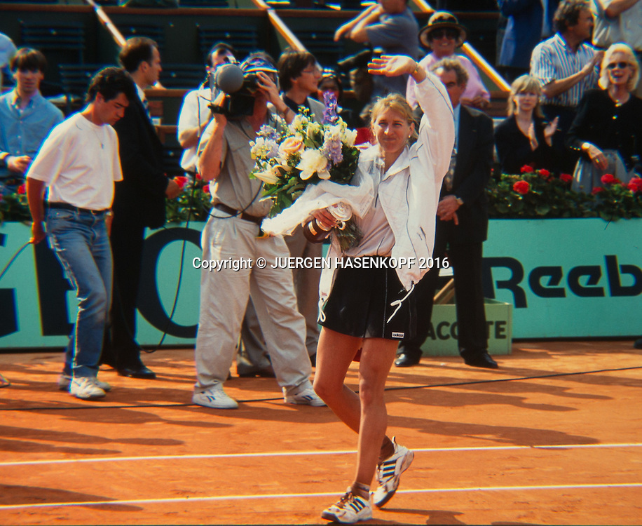 Siegerin Steffi Graf (GER) mit dem Pokal,winkt und verabschioedet sich,Siegerehrung, Roland Garros, Damen Finale, French Open 1996<br /> <br /> Tennis - French Open 1996 - Grand Slam ATP / WTA -  Roland Garros - Paris -  - France  - 6 December 2016.
