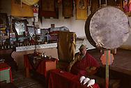 Mongolia. Pontsogtchoidlin, monastery  in a house  Ikh Tamir      /Monastere maison Temple de Pontsogtchoidlin Kree, Mongolie, sum de IK TAMIR. Le moinillon de service. Chaque matin, un jeune apprenti-moine veille à ce que tout  soit en ordre pour le premier office du matin : coupelles impeccablement alignées, clochettes à main dril-bu (tib.) ou könk (mong.) rutilantes et conques dung buree (d'origine tibétaine, via l'Inde) d'un blanc irréprochable, au-dessus desquelles est disposé un énorme tambour rituel kengereg à deux faces. (Temple de PONTSOGTCHOIDLIN KUREE,  dans l'aymag de ARQANGAY /R87/178    L920726a  /  P0007390