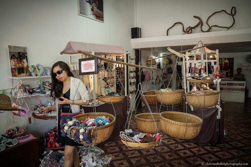Daughters of Cambodia ist bei Touristen einer der beliebtesten Läden und auch Restaurants in Phnom Penh. Dahinter steckt ein Projekt einer englischen Psychologin, die mit dem Laden und Restaurant und den eigens dafür hergestellten Produkten kambodschanischen Mädchen die Chance zum Ausstieg aus der Prostitution bieten möchte.