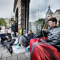 Nederland, Amsterdam , 24 september 2014.<br /> De eerste 3 IPhone6 fans wachten al zittend en slapend op de levering van de nieuwste Iphone op de stoep van de IPhone store bij het Leidseplein.<br /> v.l.n.r.George van Hassel, Danny Rockx en Tristan.<br /> Foto:Jean-Pierre Jans