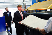 Koning Willem-Alexander verricht de opening van de circulaire isolatiefabriek EverUse. In de fabriek worden isolatiematten gemaakt van papierafval. Omdat bij het proces geen nieuwe grondstoffen worden gebruikt, wordt ook geen nieuw afval gecreeerd. <br /> <br /> King Willem-Alexander performed the opening of the circular insulation plant EverUse. In the factory, insulation mats are made from paper waste. Because no new raw materials are used in the process, no new waste is created.