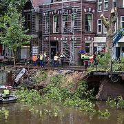 Nederland, Utrecht 15-10-2013   Een kademuur aan de Bemuurde Weerd Oostzijdeis over een lengte van 20 meter gedeeltelijk ingezakt. Er worden drie bomen gerooid om verdere verzakking te voorkomen. Door de verzakking is de nabij gelegen brug instabiel geworden en afgesloten. FOTO: Gerard Til / Hollandse Hoogte