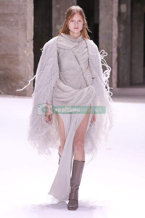 September 29, 2016 - Paris, FRANCE - Rick Owens.MODEL ON CATWALK, WOMAN WOMEN, PARIS FASHION WEEK 2017 READY TO WEAR FOR SPRING SUMMER, DEFILE, FASHION SHOW RUNWAY COLLECTION, PRET A PORTER, MODELWEAR, MODESCHAU LAUFSTEG FRUEHJAHR SOMMER .PARSS17 (Credit Image: © PPS via ZUMA Wire)