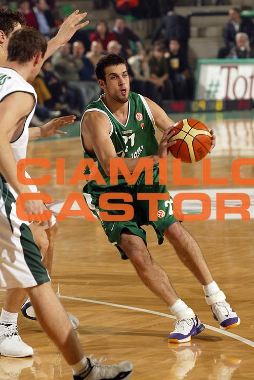 DESCRIZIONE : Treviso Eurolega 2005-06 Benetton Treviso Union Olimpia Lubiana <br /> GIOCATORE : Halperin<br /> SQUADRA : Union Olimpia Lubiana <br /> EVENTO : Eurolega 2005-2006<br /> GARA : Benetton Treviso Union Olimpia Lubiana <br /> DATA : 15/12/2005<br /> CATEGORIA : Passaggio<br /> SPORT : Pallacanestro<br /> AUTORE : Agenzia Ciamillo-Castoria/E.Pozzo