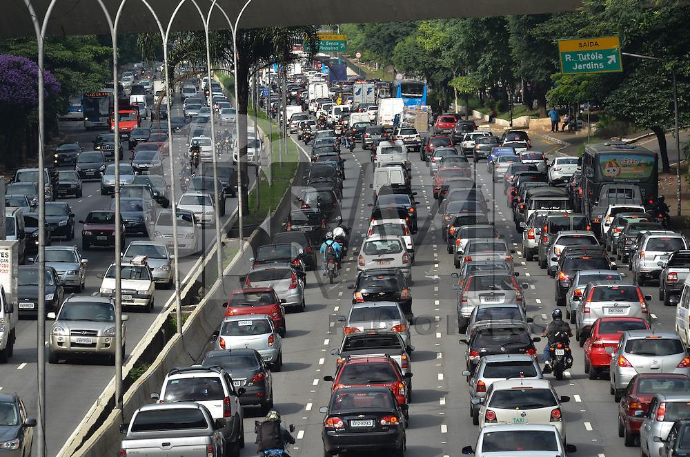 ATENCAO EDITOR IMAGEM EMBARGADA PARA VEICULOS INTERNACIONAIS - SAO PAULO, 01 DE FEVEREIRO DE 2013. - TRANSITO SP  - Transito intenso na Avenida 23 de Maio, regiao central da capital, na manha desta sexta feira, 01.  (FOTO: ALEXANDRE MOREIRA / BRAZIL PHOTO PRESS).