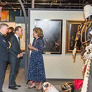NLD/Soesterberg/20180424 - Koning opent tentoonstelling 'Willem', Prins Jaime de Bourbon de Parme krijgt uitleg van de mevrouw Isabelle de Borchgrave maker van de poppen