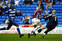 Fotball<br /> 2004/2005<br /> Foto: SBI/Digitalsport<br /> NORWAY ONLY<br /> <br /> Reading v Burnley<br /> The League Championship. 02/10/2004<br /> <br /> Robbie Blake of Burnley goes close as Readings Marcus Hahnemann and Ibrahima Sonko close in