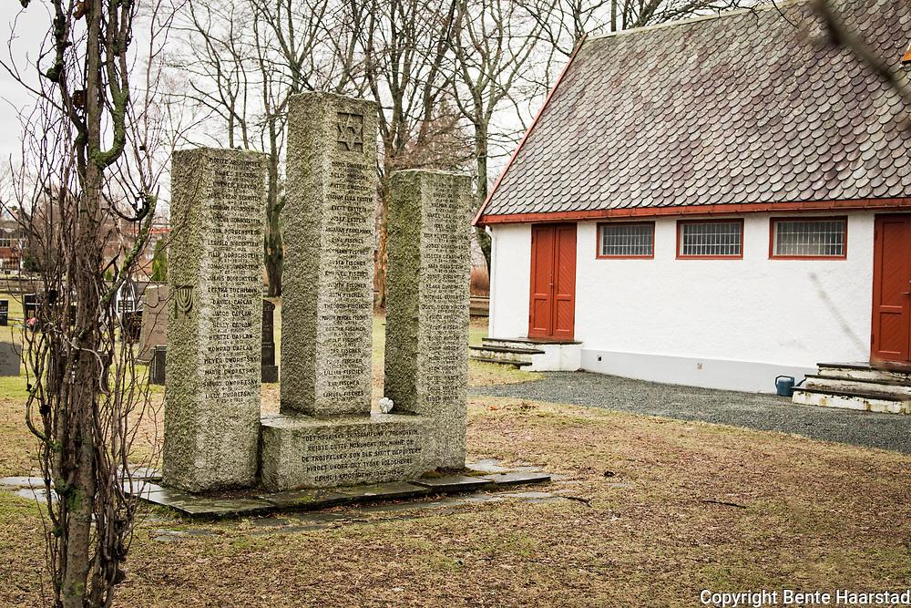 Den j&oslash;diske kirkeg&aring;rden i Trondheim, et eget omr&aring;de ved Lademoen kirkeg&aring;rd Den j&oslash;diske gravlunden i Trondheim ble oppretta i 1903, gravlund, <br /> Det mosaiske trossamfunn har reist dette minnesmerket over j&oslash;der i Trondheim som d&oslash;de under 2. verdenskrig. 66 navn p&aring; denne side av monumentet. P&aring; den andre siden av minnest&oslash;tten er det 65 navn. Minnest&oslash;ttene ble reist 13. oktober 1947. Den j&oslash;diske kirkeg&aring;rden i Trondheim har sitt eget omr&aring;de ved Lademoen kirkeg&aring;rd. Den j&oslash;diske gravlunden i Trondheim ble oppretta i 1903 som gravlund for Det mosaiske trossamfunn, Trondheim. F&oslash;r dette hadde j&oslash;dene i Trondheim m&aring;ttet sende sine d&oslash;de til Kristiania eller til Sverige for &aring; kunne f&aring; begravelse p&aring; en j&oslash;disk gravlund. <br /> I 1896 inngikk Det mosaiske trossamfunn i Oslo og menigheten i Trondheim en avtale om fordeling av kostnadene til begravelser. For j&oslash;dene i Midt-Norge var det dyrt med transport, ikke minst n&aring;r man ble ramma av den h&oslash;ye barned&oslash;deligheten. Det ble ogs&aring; vanskelig for menigheten i Kristiania &aring; ta seg av alle begravelser etterhvert som menigheten i Midt-Norge vokste. Det var ogs&aring; et problem at man etter j&oslash;disk skikk skal gravlegge den d&oslash;de s&aring; raskt som mulig. <br /> I 1897 ble det derfor sendt en s&oslash;knad til Trondheim kommune om &aring; f&aring; en egen gravlund. Man tenkte seg da et hj&oslash;rne p&aring; Tilfredshed kirkeg&aring;rd p&aring; &Oslash;ya. Den norske kirke hadde ikke noe prinsipielt problem, men m&aring;tte si nei fordi Tilfredshed allerede var for liten. To &aring;r senere begynte planlegginga av en ny kirkeg&aring;rd i Trondheim. Det ble vedtatt &aring; legge den p&aring; Lademoen, og den j&oslash;diske menigheten s&oslash;kte om &aring; f&aring; et omr&aring;de der. Det ble innvilga i 1902, og &aring;ret etter var den j&