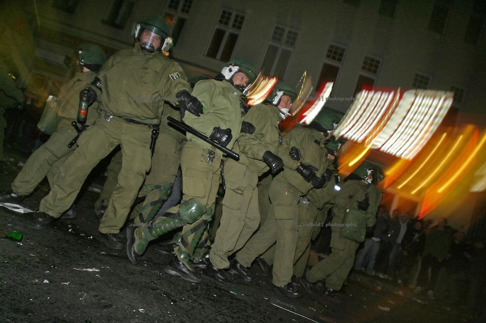 Berliner Polizisten gehen am 1.Mai gegen Demonstranten vor. Policemen attacking demonstrators during the 1.May riots in Berlin