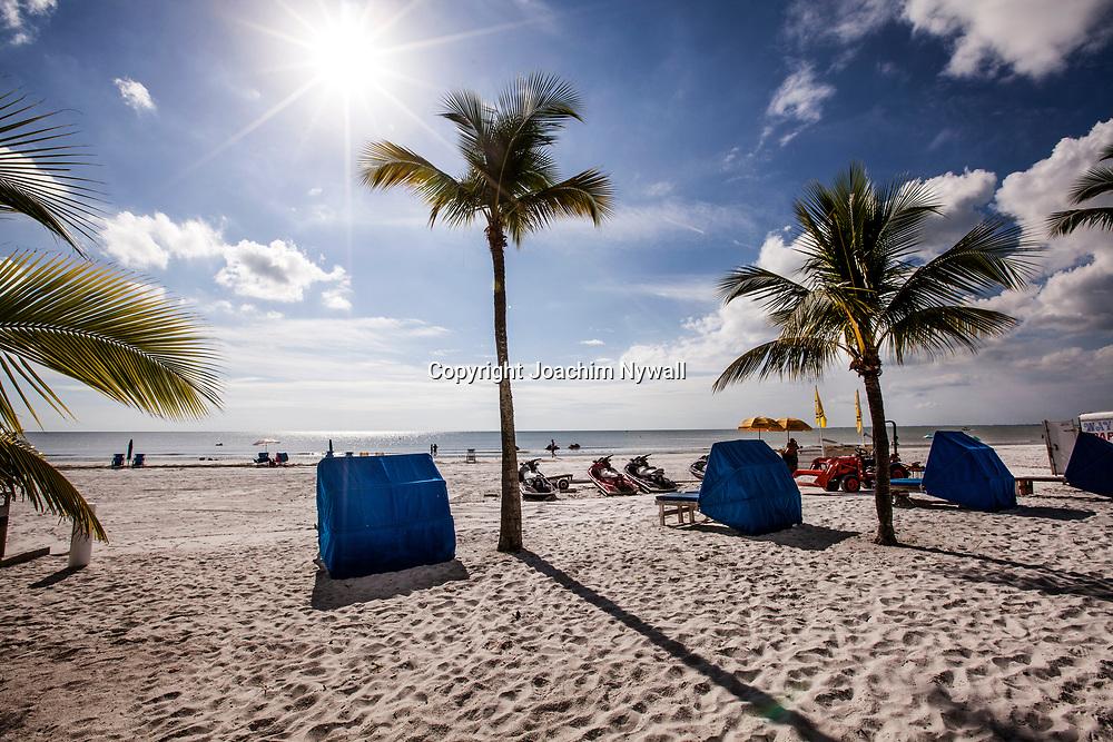20151120 Fort Myers Beach <br /> Florida USA<br /> Sandstrand vid Mexikanska gulfen palmer sol sandstrand<br /> <br /> <br /> FOTO : JOACHIM NYWALL KOD 0708840825_1<br /> COPYRIGHT JOACHIM NYWALL<br /> <br /> ***BETALBILD***<br /> Redovisas till <br /> NYWALL MEDIA AB<br /> Strandgatan 30<br /> 461 31 Trollh&auml;ttan<br /> Prislista enl BLF , om inget annat avtalas.