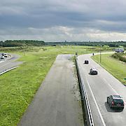 Nederland Delft 17-09-2010 20100917     A4 Delft - Schiedam wordt definitief verlengd,  er  is begin deze maand officieel besloten tot de aanleg van het stuk snelweg waarover zo'n vijftig jaar is gesproken. Rijkswaterstaat en het ministerie van VWS hebben dat laten weten.Over de nieuwe verkeersader wordt al decennialang gesteggeld, vooral omdat de weg het natuurgebied Midden-Delfland doorboort...De zeven kilometer asfalt tussen Delft en Schiedam doorkruist straks verdiept of via een tunnel het natuurgebied tussen de twee steden. Het belangrijkste pluspunt is dat de A13 wordt ontlast. Op rijksweg A13 staat dagelijks de voor de economie schadelijkste file van Nederland. Met het project A4 Delft-Schiedam willen lokale en regionale overheden en het Rijk de problemen rond bereikbaarheid en leefbaarheid op en rond de A13 en de A4 Delft-Schiedam oplossen, ook de bereikbaarheid van de Maasvlakte wordt zo verbeterd. Randstad.  ontlasting wegennet. Midden Delftland. , rijbaan, rijbanen, rijksweg, rijkswegen, roads, route, ruimte, ruimtelijk, ruimtelijke omgeving, ruimtelijke ordening, ruimtelijke planning, ruimtelijke visie, ruraal, rurale omgeving, rustiek, rustieke, rustieke omgeving, rustig, rustige, schadelijk, schadelijk voor milieu, schaden, snelweg, snelwegen, spoor, stil, terrein, toekomst, toekomstige plannen, toekomstplannen, tracé, traject, transport, uitgestrektheid, uitlaatgassen, verbinding, verbindingen, vergezicht, vergezichten, verkeer en vervoer, verkeer en waterstaat, verkeersader, verkeersaders, verkeersdruk, verkeersnet, vernieuwing, vervoer, vewezenlijken, weg, wegen, wegenbouw, wegennet, wegnet, wegverbinding, wei, weide, wijds, wijdsheid
