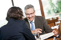 Österreich, Geschäftsmann und Geschäftsfrau bei Meeting in Restaurant, Arbeitsgespräch, Verhandlungsgespräch, lockere Arbeitsatmosphäre