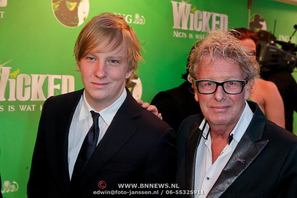 NLD/Scheveningen/20111106 - Premiere musical Wicked, Jan des Bouvrie en zoon Jan