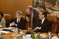 27.01.1999, Deutschland/Bonn:<br /> Joschka Fischer, Bundesaußenminister, Rudolf Scharping, Bundesverteidigungsminister, und Gerhard Schröder, Bundeskanzler, im Gespräch vor Beginn der Kabinettsitzung, Bundeskanzleramt, Bonn<br /> IMAGE: 19990127-01/02-10<br />  <br /> KEYWORDS: Gerhard Schroeder, Kabinett