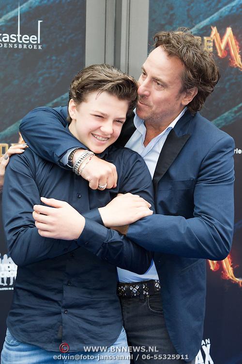 NLD/Amsterdam/20150620- Filmpremiere Code M, Marco Borsato knuffelt zoon Senna Borsato