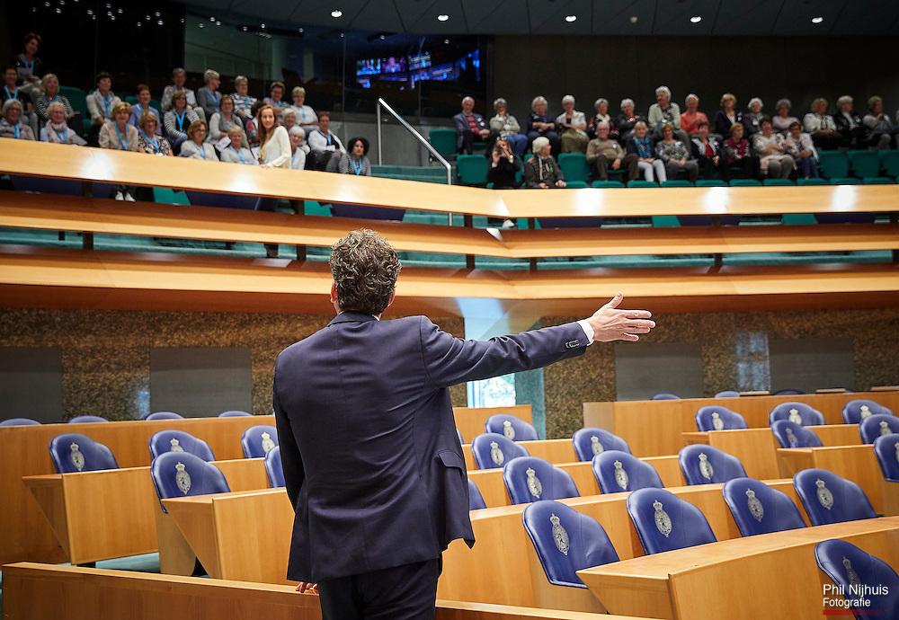 Den Haag,  4 oktober 2016 - Minister van Financien Jeroen Dijsselbloempraat met mensen op de publieke tribune over Heel Holland Bakt bij aanvang van de Algemene Financiele Beschouwingen in de Tweede Kamer.<br /> Foto: Phil Nijhuis