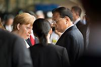 DEU, Deutschland, Germany, Berlin, 10.07.2018: Bundeskanzlerin Dr. Angela Merkel (CDU) und Li Keqiang, Ministerpräsident von China, lauschen der Dolmetscherin (M) bei einer Präsentation zum autonomen Fahren im Flughafen Tempelhof.