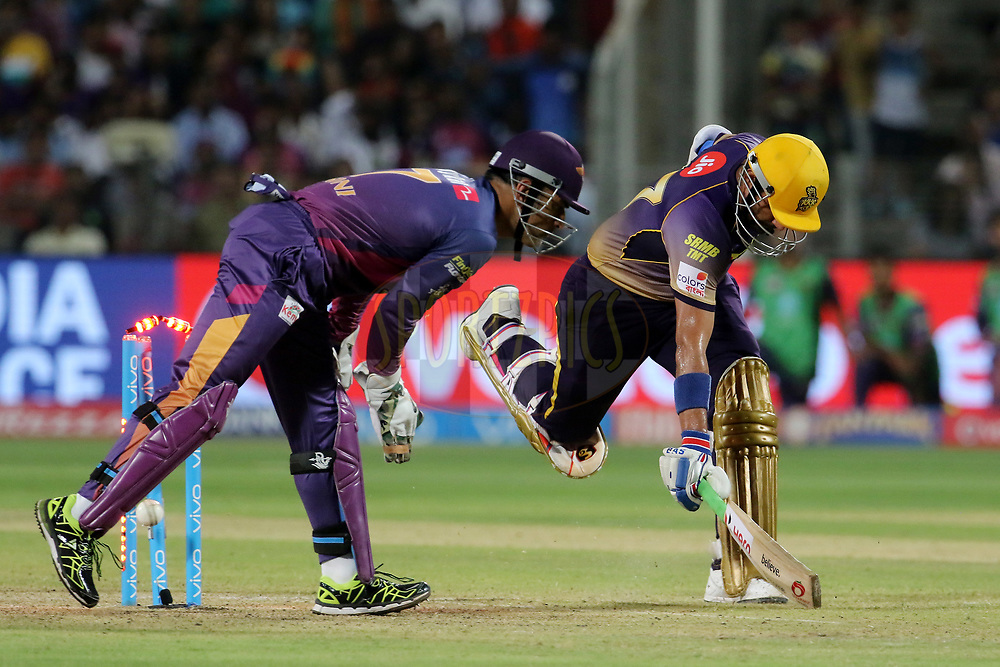 MS Dhoni of Rising Pune Supergiant tries to run out Robin Uthappa of the Kolkata Knight Riders during match 30 of the Vivo 2017 Indian Premier League between the Rising Pune Supergiants and the Kolkata Knight Riders  held at the MCA Pune International Cricket Stadium in Pune, India on the 26th April 2017<br /> <br /> Photo by Vipin Pawar- IPL - Sportzpics