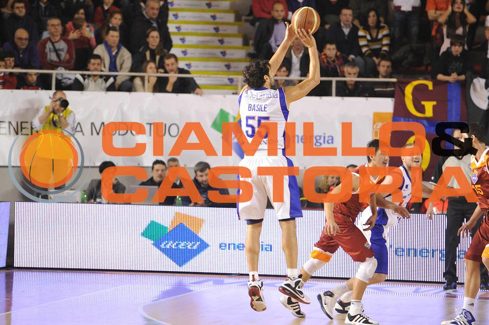 DESCRIZIONE : Roma Lega A 2011-12 Acea Virtus Roma Bennet Cantu<br /> GIOCATORE : Gianluca Basile<br /> CATEGORIA : tiro three points<br /> SQUADRA : Acea Virtus Roma<br /> EVENTO : Campionato Lega A 2011-2012<br /> GARA : Acea Virtus Roma Bennet Cantu<br /> DATA : 27/11/2011<br /> SPORT : Pallacanestro<br /> AUTORE : Agenzia Ciamillo-Castoria/GiulioCiamillo<br /> Galleria : Lega Basket A 2011-2012<br /> Fotonotizia : Roma Lega A 2011-12 Acea Virtus Roma Bennet Cantu<br /> Predefinita :