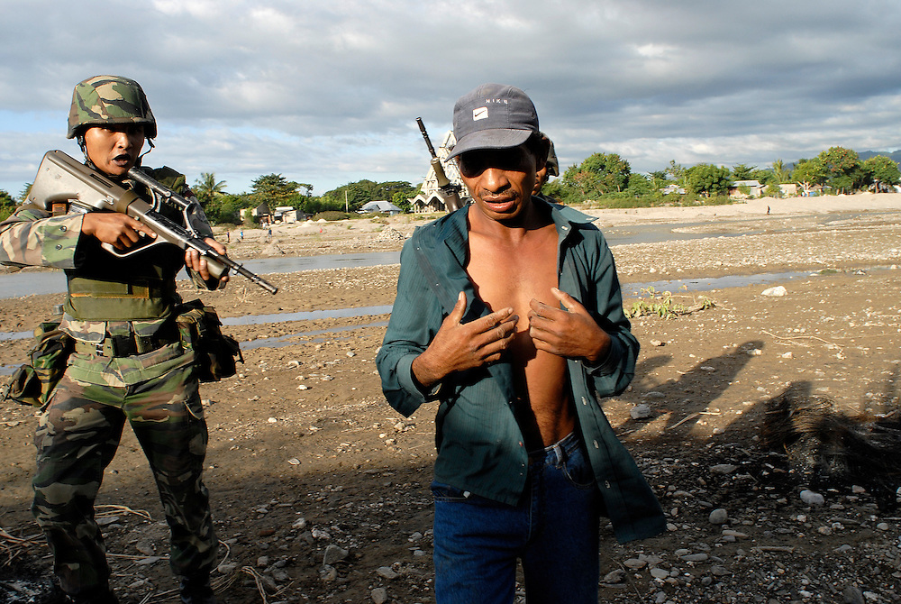 A man called Julio is arrested by Malaysian peacekeepers after a number of houses are burnt to the ground and a local man brutally attacked by a rival gang. The arrested man was found with two vicous, handmade darts in his possession. Violence continues to plague Dili as continual clashes erupt between Easterners ( Lorosae) and Westerners (Loromonu) in Dili..080606
