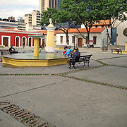 PLAZA EN VENEZOLANO<br /> Caracas - Venezuela 2008<br /> Photography by Aaron Sosa<br /> <br /> La Plaza El Venezolano antigua Plaza de San Jacinto es uno de los espacios públicos más antiguos de Caracas. Está rodeada por la Casa Natal del Libertador Simón Bolívar, el Museo Bolivariano y otras edificaciones de la época de la colonia española en Venezuela.<br /> La historia de esta plaza caraqueña se inicia 1595 cuando los Dominicos establecen el convento de San Jacinto, desde ese año existía la plaza como parte del convento. En 1610 los dominicos piden al cabildo y se les otorga los dos solares adicionales al este de la cuadra, en Dr. Paul y el Chorro para mas espacio del convento. Durante todo el s. XVII y XVIII este convento fue casa de letras y formación humanista dentro de los rígidos preceptos de la Iglesia. Se dictaban clases de Gramática, Latín, filosofía escolastica y Oratoria. De su templo salía en procesión el Nazareno de San Jacinto, verdadero precursor del Nazareno de San Pablo, que lo sustituyó posteriormente.