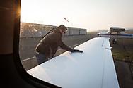 SCHWEIZ - LUPFIG - Räto Vitins (nicht im Bild), Chefpilot HPI, und seinen Co-Piloten machen die 'Moonbird' für den Flug nach Malta startklar. Die 'Moonbird' von der Humanitäre Piloten Initiative (HPI) wird auf dem Mittelmeer Ausschau halten nach seeuntauglichen Flüchtlingsbooten, damit diese von Sea-Watch.org und anderen Hilfsorganisationen gerettet werden können. - 28. Februar 2018 © Raphael Hünerfauth - http://huenerfauth.ch