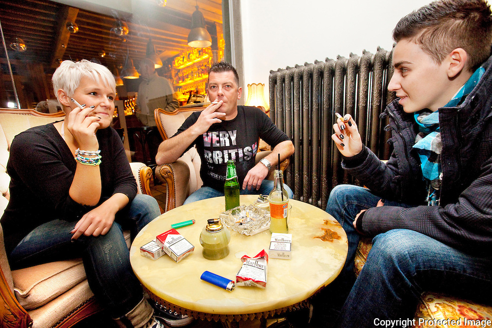 Roken is toegestaan bij Café De Poemp in Berlaar-afgesloten rokersruimte in café-Ann, Jiri Peeters en Patrizia Battista