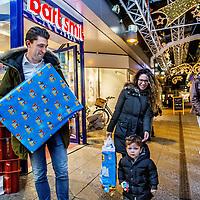 Nederland, Amsterdam, 1 december 2016.<br />Laatste Sinterklaasinkopen bij Bart Smit op het Buikslotermeerpelin in Amsterdam Noord.<br />VOORKEURFOTO!<br /><br /><br />Foto: Jean-Pierre Jans