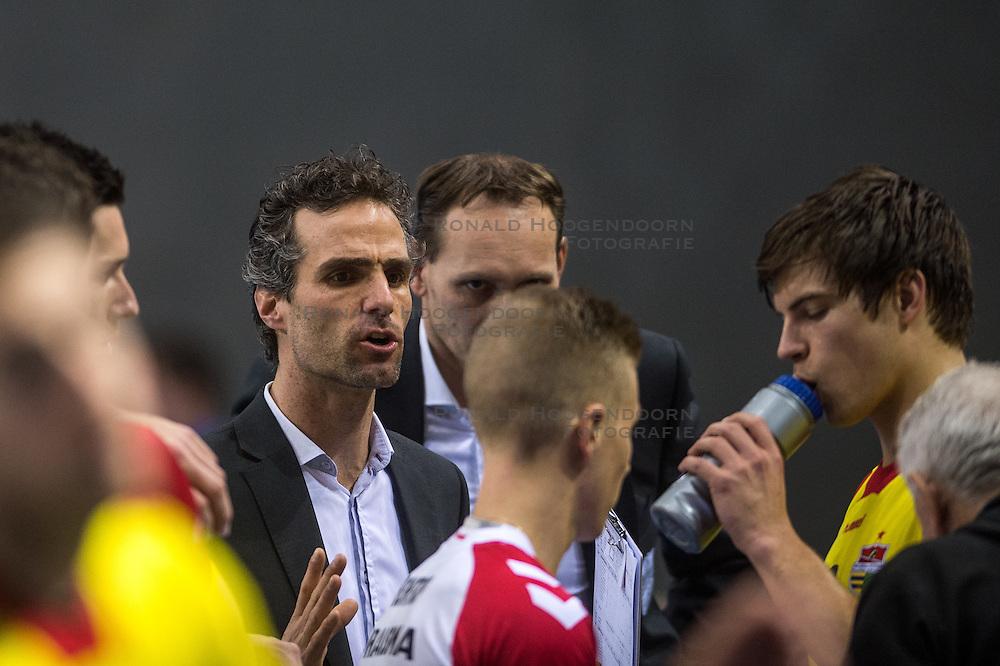 02-04-2016 NED: Draisma Dynamo - Abiant Lycurgus, Apeldoorn<br /> Lycurgus plaatst zich voor de finale door Dynamo met 3-1 te verslaan / Coach Bas Hellinga