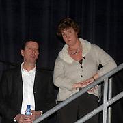 NLD/Weesp/20070312 - 2e Live uitzending Just the Two of Us 2007, ouders Monique en Jan Smit kijkend naar het optreden op een trap