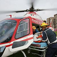 Toluca, Mex.- Paramedicos de la unidad de rescate aereo de la policia estatal, trasladan de Valle de Bravo a un niño de dos años que junto con sus tres hermanos se envenenaron al ingerir accidentalmente raticida; el menor es entregado a elementos de la Cruz Roja para su recepción en el hospital materno infantil de ISSEMyM. Agencia MVT / Mario Vazquez de la Torre. (DIGITAL)<br /> <br /> <br /> <br /> <br /> <br /> <br /> <br /> NO ARCHIVAR - NO ARCHIVE