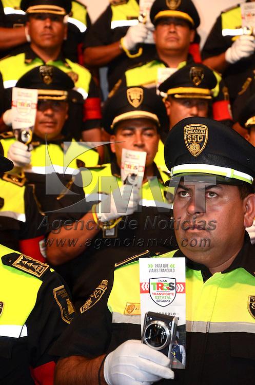 Toluca, México.- Eruviel Avila Villegas, gobernador del Estado de México, en conferencia de prensa informo que en coordinación con fuerzas de seguridad federales y municipales, llevó a cabo este fin de semana el cierre de nueve negocios conocidos como giros rojos, donde se logró rescatar a 122 mujeres.  Agencia MVT / José Hernández
