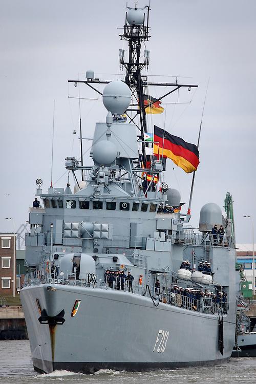 DEU, Deutschland, Wilhelmshaven, 24. Maerz 2016: Die  Fregatte F213 &quot;Augsburg&quot; der Bundesmarine wird im Marinehafen von Wilhelmshaven  an ihren Liegeplatz geschleppt. Das Schiff kehrt von einer mehrmonatigen Reise aus dem Persischen Golf zurueck, wo es den franzoesischen Flugzeugtraeger &quot;Charles de Gaulle&quot; bei der Operation &quot;Counter Daesh MAR&quot; im Kampf gegen den so genannten IS in Syrien und im Irak unterstuetzt hat. | DEU, Germany, Wilhelmshaven, March 24, 2016: The frigate F213 &quot;Augsburg&quot; of the German Navy is pictured at the Navy port of Wilhelmshaven. The vessel returns from a mission in the Persian Gulf where it supported the French aircraft carrier &quot;Charles de Gaulle&quot; in the Operation &quot;Counter Daesh MAR&quot; against the so called IS in Syria and Iraq |<br /> <br /> [ CREDIT: www.fockestrangmann.de - MWSt./VAT/TVA  7 % - Focke Strangmann Fotos - Rossbachstr. 46 - 28201 B r e m e n - Germany - Tel.  +49.163.2513863  - ich@fockestrangmann.de - Bank: S p a r k a s s e B r e m e n  BLZ: 29150101 Konto: 10886646 IBAN: DE05 2905 0101 0010 8866 46 00 BIC: SBREDE22 Stnr. 602730314, FA Bremen, VAT DE225275020  ] <br /> <br /> [#0,26,121#]