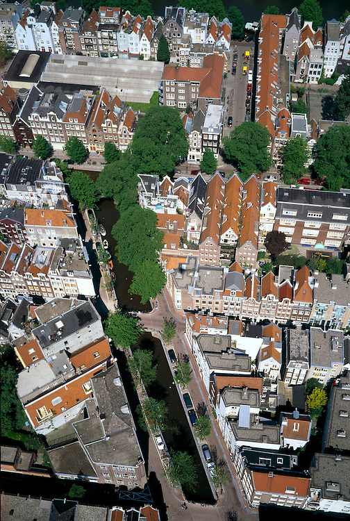 Nederland, Amsterdam, Nieuwmarktbuurt, 17/05/2002; diagonaal (vanaf onder) met bomen: Krom Boomssloot; dan haaks Recht Boomssloot, rechts boven Montelbaansstraat; stratenpatroon, binnenstad, pakhuizen, wonen, grote stad, grachten, Amsterdam Centrum, stadsvernieuwing; Nieuwmarkt Area, with diagonal (from bottom) with trees: the Krom Boomssloot, then at an 90 degree angel the Recht Boomssloot, right above Montelbaansstraat; pattern, streets, downtown, warehouses,major city regeneration canal Amsterdam Center;<br /> luchtfoto (toeslag), aerial photo (additional fee)<br /> foto /photo Siebe Swart