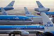 Nederland, Schiphol, 10-9-2003..Diverse vliegtuigen van de KLM op het platform van luchthaven Schiphol...Luchtvaart, nationaal symbool, erfgoed, fusie, toerisme, milieu, economie, logo...Foto: Flip Franssen/Hollandse Hoogte