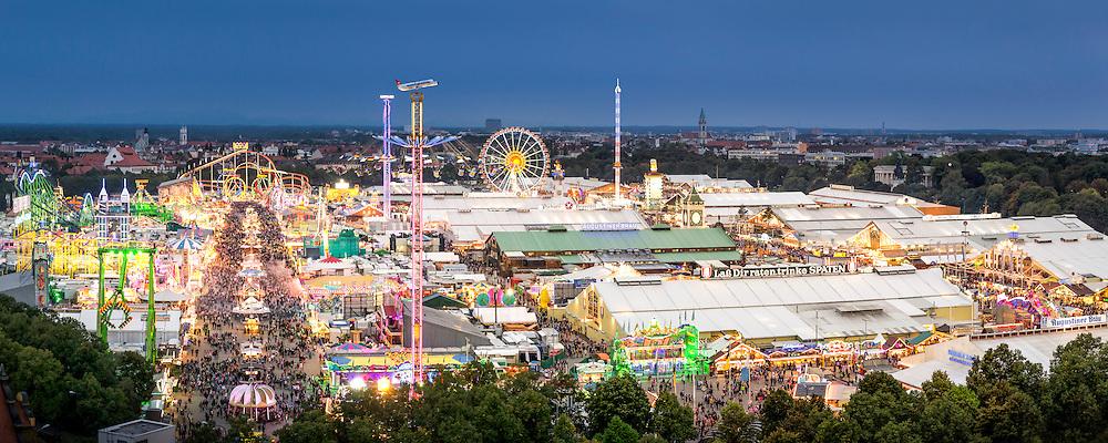 Das Münchner Oktoberfest ist bei Dunkelheit in den Abendstunden und bei Nacht ein wahrer Hingucker. Alle Zelte, Fahrgeschäfte und Schaustellerbuden sind bunt beleuchtet und lassen die Festwiese erstrahlen.