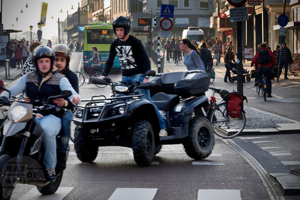 In Utrecht rijden jonge motorrijders de busbaan op, onder andere met een zogenaamde quad.<br /> <br /> In Utrecht young motorcyclists are turning on the bus lane.