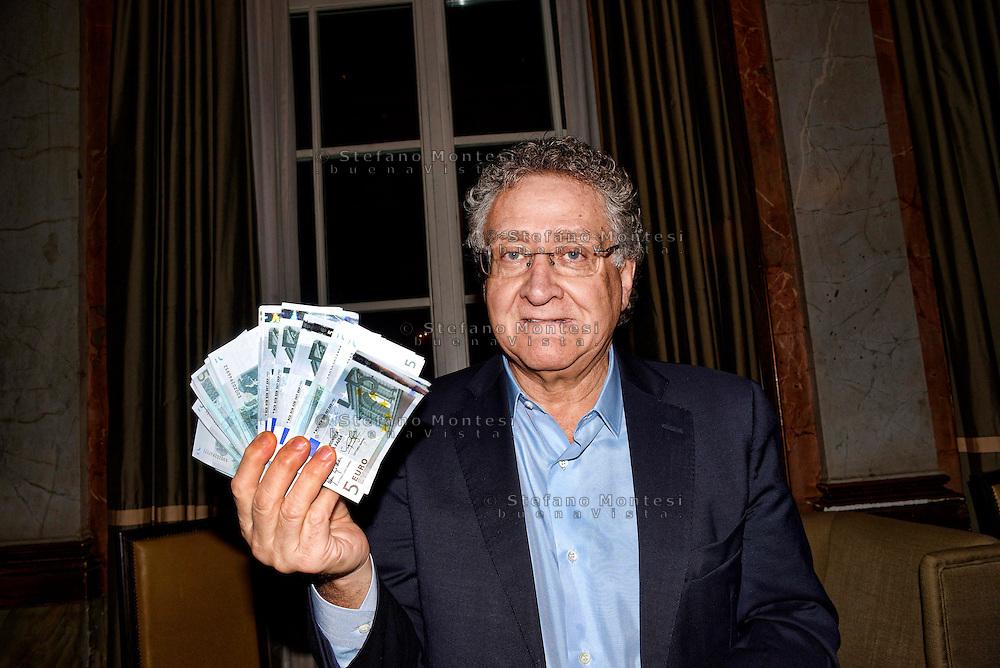 Roma 10 Febbraio 2013.L'Avv. Alfonso Luigi Marra presenta il programma politico del PAS (Partito di Azione per lo Sviluppo - Fermiamo le Banche e le Tasse) distribuisce   200 banconote da 5 euro 'vere' con sopra scritto: è falsa!. Questo perché solo i soldi  dice Avv. Marra, prodotti dallo Stato sono veri, mentre quelli prodotti da chiunque altro, e quindi anche quelli prodotti dalla BCE e dalla Banca d'Italia (che sono incredibilmente private), sono giuridicamente parlando falsi.