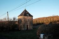 Paysage du Lot en hiver, France. Un pigeonnier transformé en habitation dans un village du lot, au premier plan une boite aux lettres.