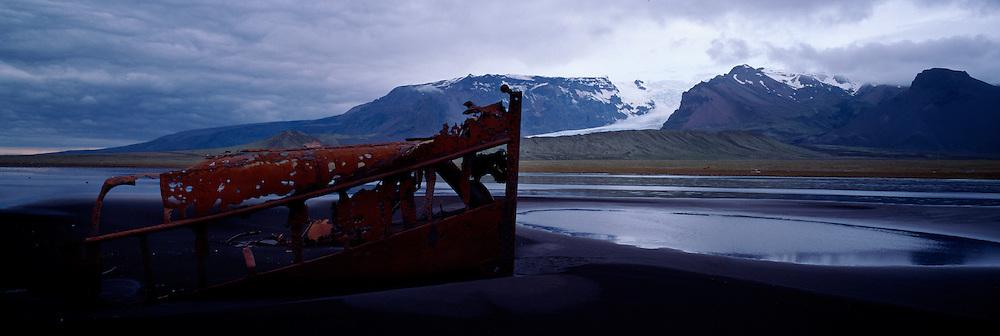 Skipsflak á  Breiðamerkursandi / wrecked ship at the beach Breidamerkursandur