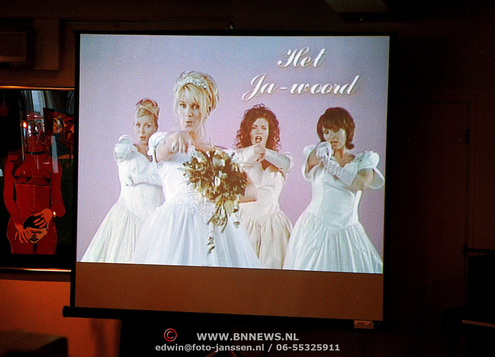 Winterpresentatie Tros 1999, zwangere Linda de Mol in een trouwjurk