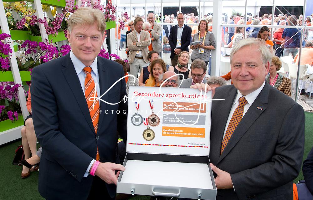 DEN HAAG - Felix Cohen (r), directeur van het Voedingscentrum met Martin van Rijn Staatssecretaris van Volksgezondheid, Welzijn en Sport . Gezonde Sportkantine. FOTO KOEN SUYK