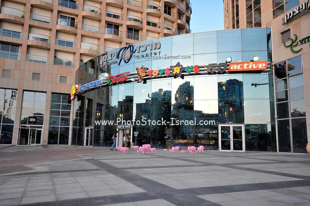 Israel, Tel Aviv, the main entrance to the Weizman Center Shopping mall
