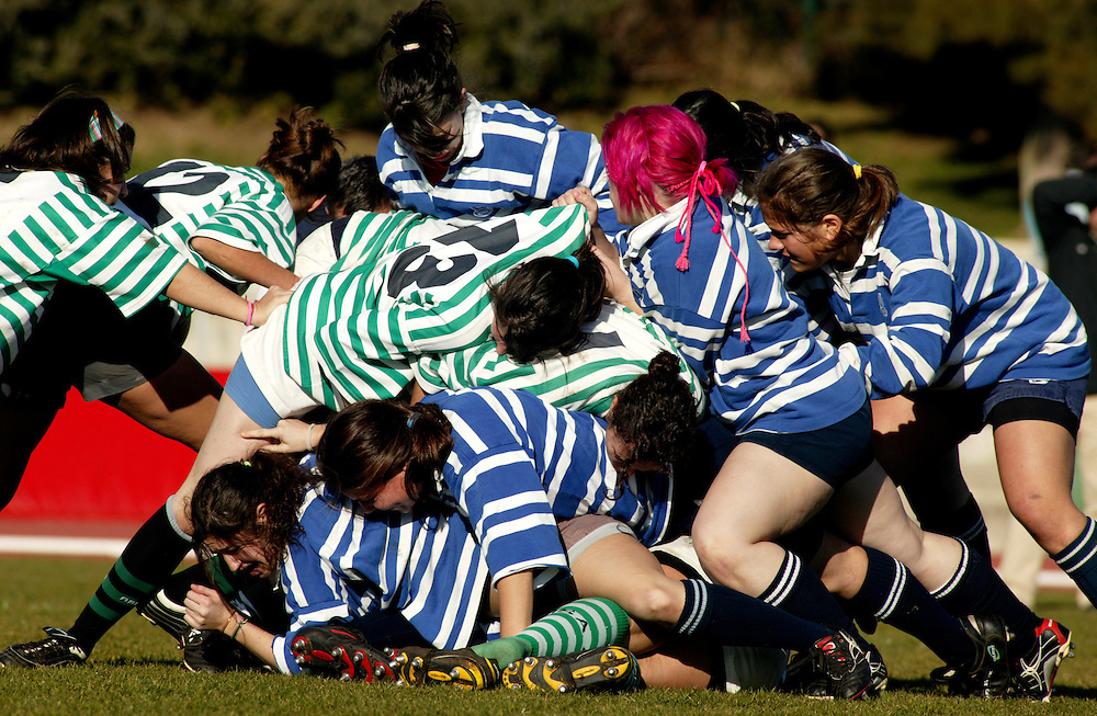 Girls from Agronomia (green stripes) and Tecnico (blue stripes) struggle during a falling rack.