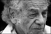 El Poeta Nicanor Parra, famoso por ser el creador de la Anti Poesía, en su casa de Las Cruces, V Región de Valparaíso, Chile. 2003 (©Alvaro de la Fuente)