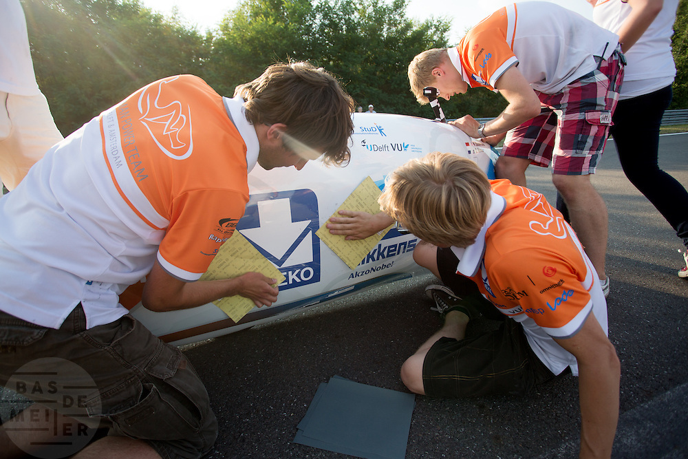 In Lausitz rijdt Wil Baselmans van het Human Power Team Delft en Amsterdam de eerste poging om het uurrecord te breken. Wegens warmte heeft hij zijn poging na een half uur moeten afbreken. In september wil het team, dat bestaat uit studenten van de TU Delft en de VU Amsterdam, een poging doen het wereldrecord snelfietsen te verbreken, dat nu op 133 km/h staat tijdens de World Human Powered Speed Challenge.<br /> <br /> At the Dekra test track in Lausitz Wil Baselmans of the Human Power Team Delft and Amsterdam is riding his first attempt to set a new hour record with the VeloX3. After half an hour Baselmans has to stop due to the heat. With the special recumbent bike the team, consisting of students of the TU Delft and the VU Amsterdam, also wants to set a new world record cycling in September at the World Human Powered Speed Challenge. The current speed record is 133 km/h.