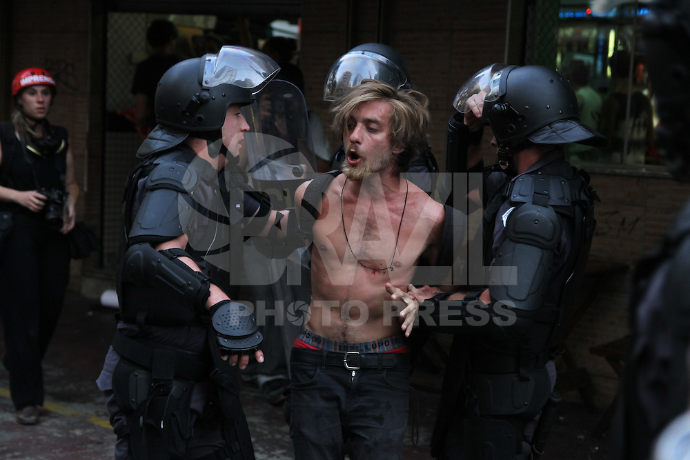SAO PAULO, SP, 09.01.2015 - POLICIAIS ENTRAM EM CONFRONTO COM MANIFESTANTES MPL MOVIMENTO PASSE LIVRE - Policiais entram em confronto com manifestantes na Consolação na tarde desta sexta-feira dia 9 no centro de Sao Paulo. Varios manifestantes foram presos . Fotos Amauri Nehn/Brazil Photo Press