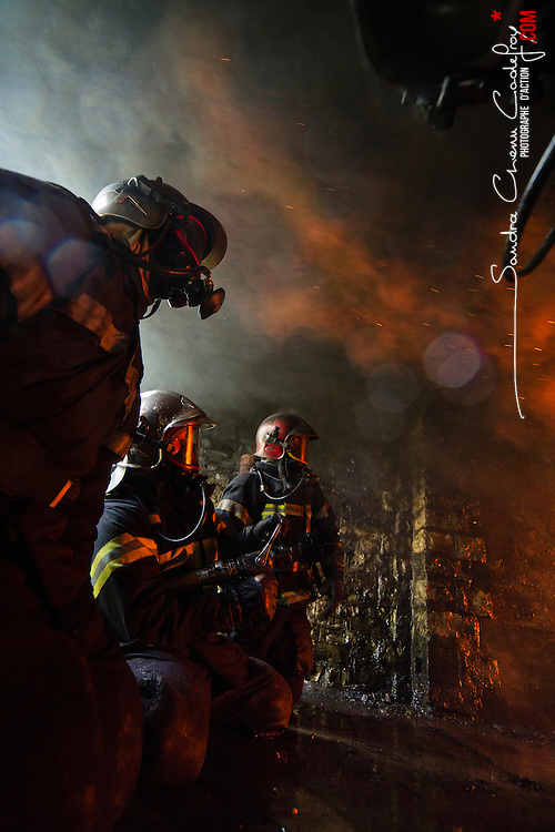 Stage incendie au Fort de Domont de l'&eacute;cole de pompier Notre Dame de Foy. R&eacute;alisation de br&ucirc;lages contr&ocirc;l&eacute;s &agrave; des fins d'&eacute;tude du feu et de formation aux techniques d'extinction des &eacute;l&egrave;ves pompiers qu&eacute;b&eacute;cois.  <br /> Avril 2016 / Domont (95) / FRANCE<br /> Voir le reportage complet (125 photos) http://sandrachenugodefroy.photoshelter.com/gallery/2016-04-Stage-Incendie-CNDF-a-Domont-Complet/G0000k5gaUMh.Cwo/C0000yuz5WpdBLSQ